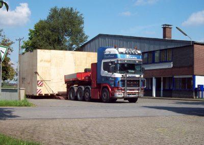 LKW-Transport einer überbreiten Seekiste